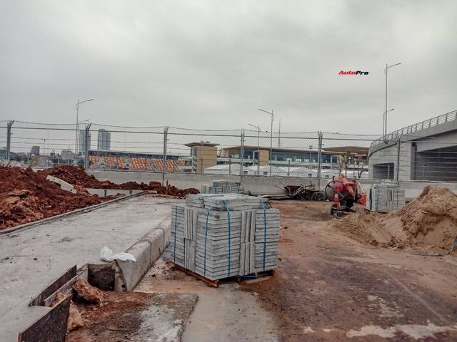 Quang cảnh đường đua F1 Hà Nội sau lệnh hoãn: Đại công trường ngổn ngang, công nhân vẫn làm việc - Ảnh 2.