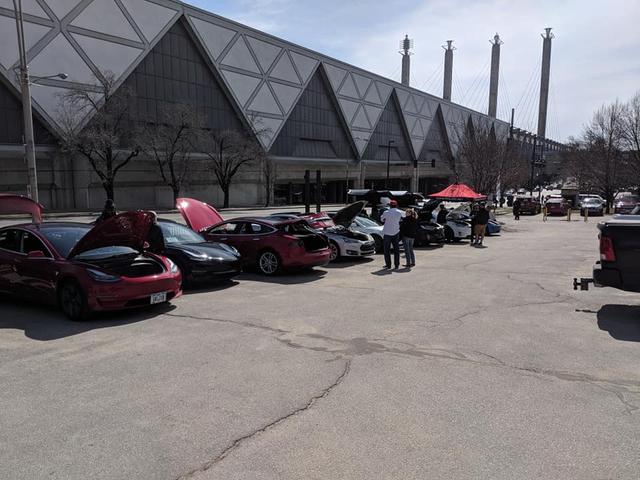 Triển lãm xe hiếm hoi tổ chức mùa Covid-19 nhưng cấm Tesla, fan cuồng tự làm gian trưng bày ngay ngoài sự kiện - Ảnh 2.
