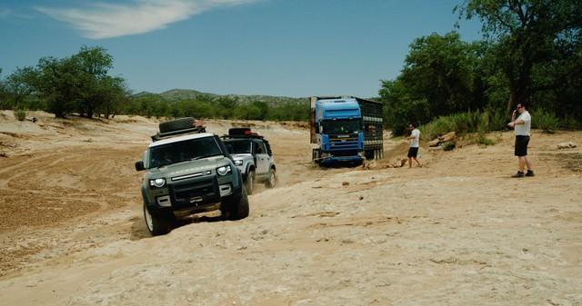 Đang lang thang tìm ý tưởng quảng cáo, Land Rover Defender bất ngờ gặp xe tải 20 tấn mắc kẹt và cứu nguy: Hiệu quả hơn cả những ý tưởng bạc tỷ - Ảnh 1.