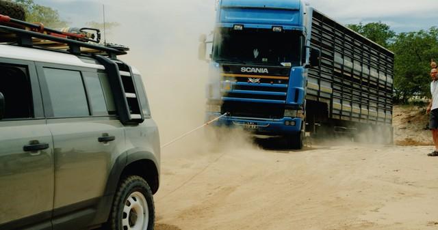 Đang lang thang tìm ý tưởng quảng cáo, Land Rover Defender bất ngờ gặp xe tải 20 tấn mắc kẹt và cứu nguy: Hiệu quả hơn cả những ý tưởng bạc tỷ - Ảnh 3.