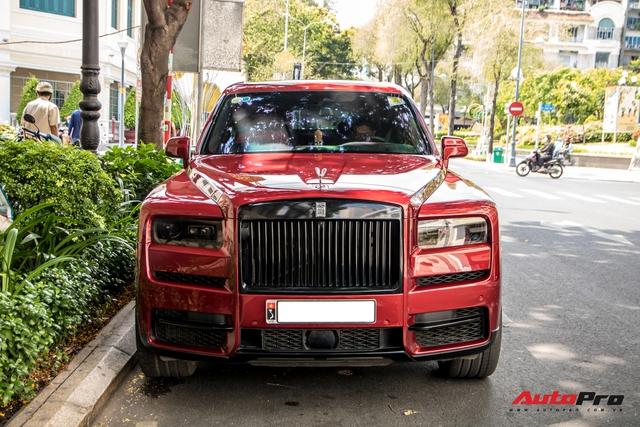 Rolls-Royce Cullinan màu đỏ độc nhất Việt Nam bất ngờ Nam tiến - Ảnh 1.