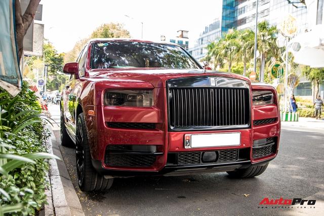 Rolls-Royce Cullinan màu đỏ độc nhất Việt Nam bất ngờ Nam tiến - Ảnh 3.