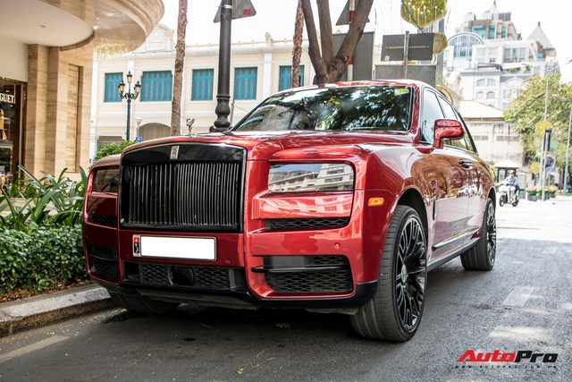 Rolls-Royce Cullinan màu đỏ độc nhất Việt Nam bất ngờ Nam tiến - Ảnh 4.