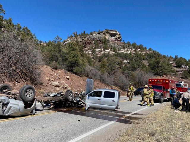 Xe Toyota biến thành 3 mảnh sau vụ tai nạn khủng khiếp - Ảnh 4.