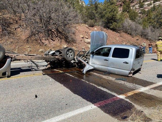 Xe Toyota biến thành 3 mảnh sau vụ tai nạn khủng khiếp - Ảnh 3.