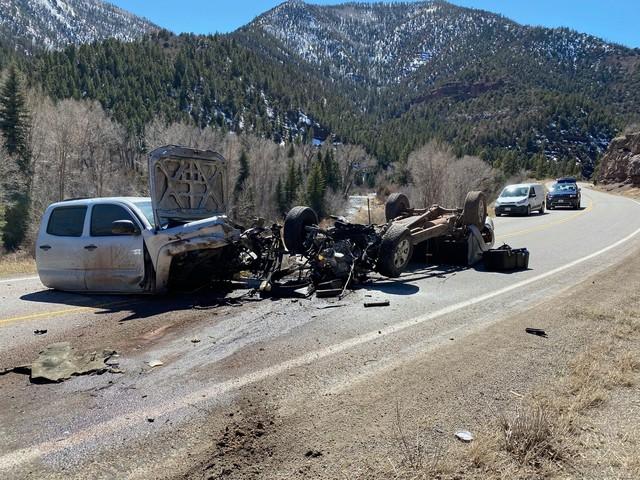 Xe Toyota biến thành 3 mảnh sau vụ tai nạn khủng khiếp - Ảnh 1.