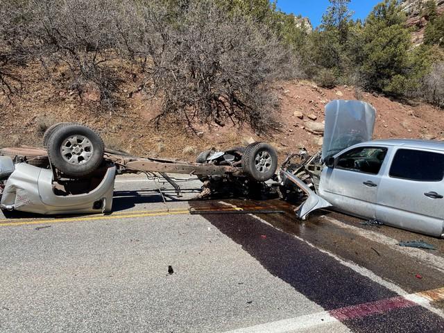 Xe Toyota biến thành 3 mảnh sau vụ tai nạn khủng khiếp - Ảnh 2.