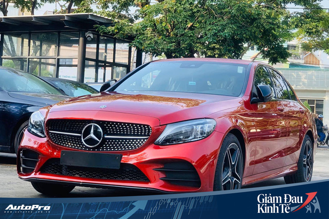 Mercedes-Benz C-Class giảm giá mạnh tay tại Việt Nam, tạo sức ép lên BMW 3-Series mới sắp ra mắt - Ảnh 1.