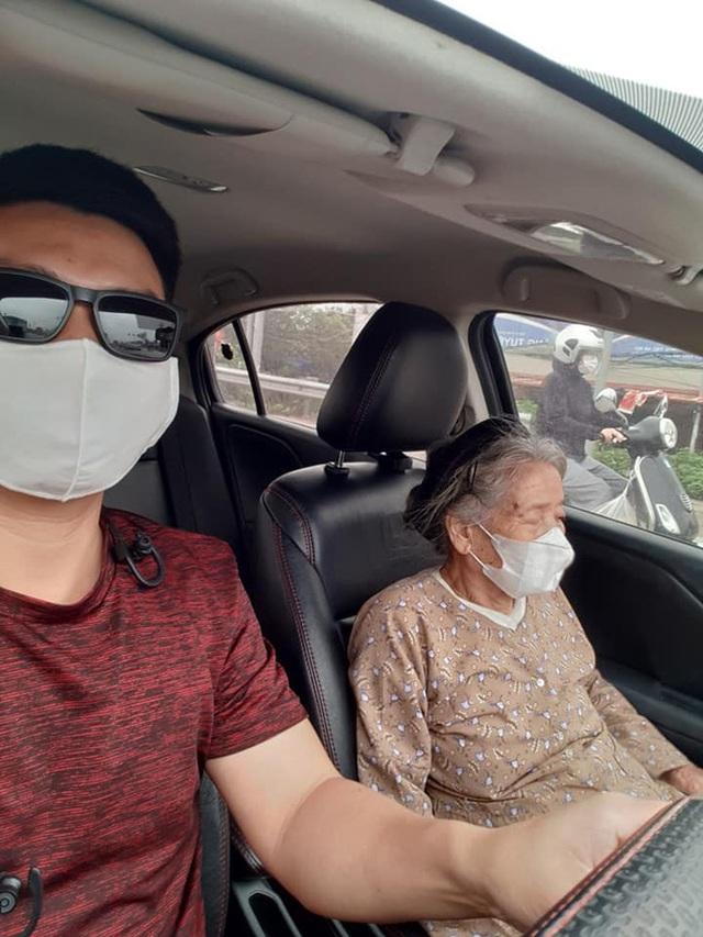 Thấy cụ bà gần 90 tuổi đứng chờ xe buýt, tài xế mời lên xe riêng còn có hành động được tất cả ủng hộ - Ảnh 1.