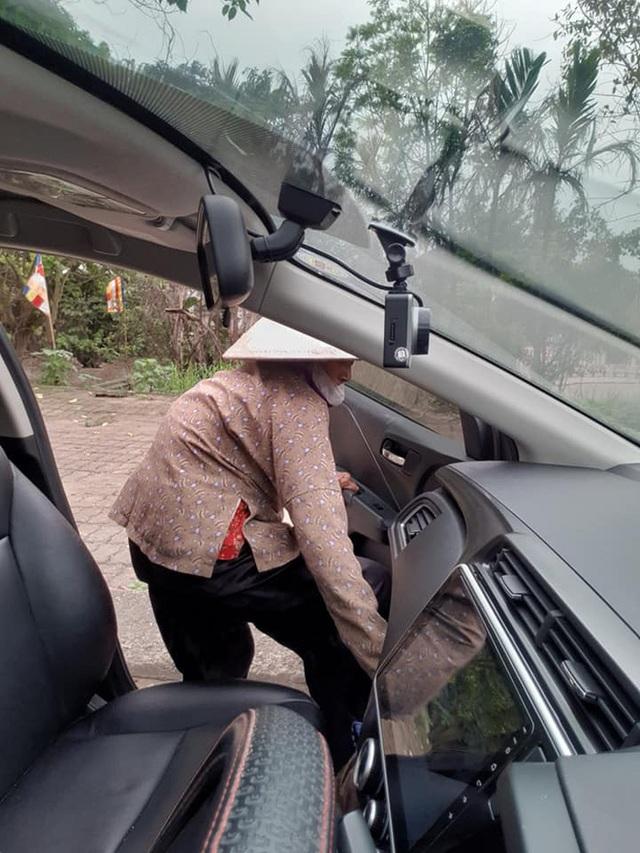 Thấy cụ bà gần 90 tuổi đứng chờ xe buýt, tài xế mời lên xe riêng còn có hành động được tất cả ủng hộ - Ảnh 2.
