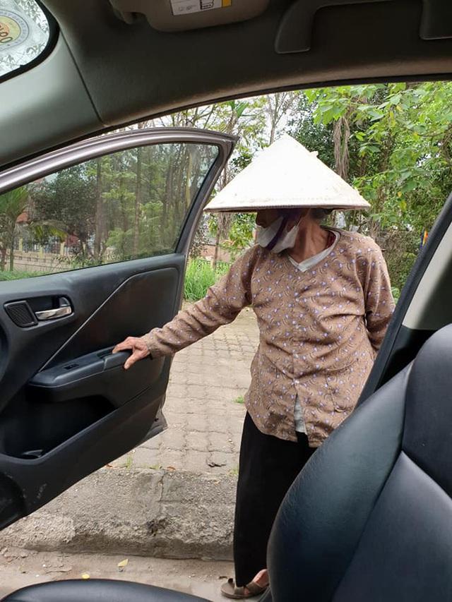 Thấy cụ bà gần 90 tuổi đứng chờ xe buýt, tài xế mời lên xe riêng còn có hành động được tất cả ủng hộ - Ảnh 3.