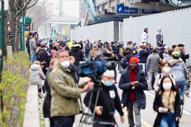 Góc bó tay: Người dân New York đổ xô ra đường xem tàu bệnh viện đến hỗ trợ chống COVID-19 - Ảnh 4.