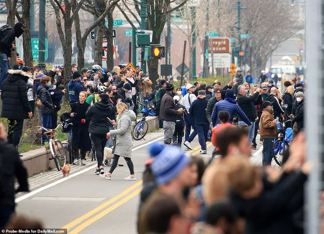Góc bó tay: Người dân New York đổ xô ra đường xem tàu bệnh viện đến hỗ trợ chống COVID-19 - Ảnh 5.