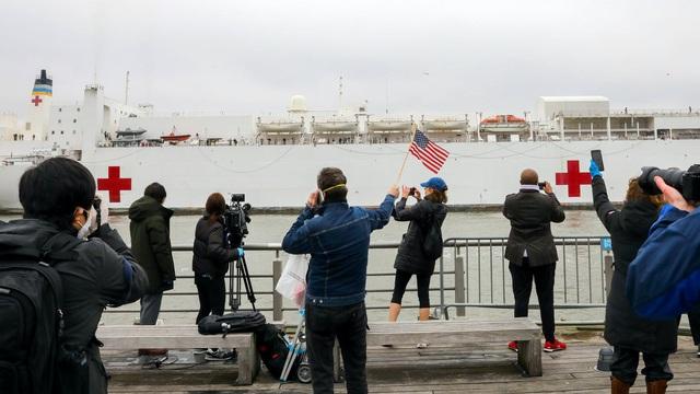 Góc bó tay: Người dân New York đổ xô ra đường xem tàu bệnh viện đến hỗ trợ chống COVID-19