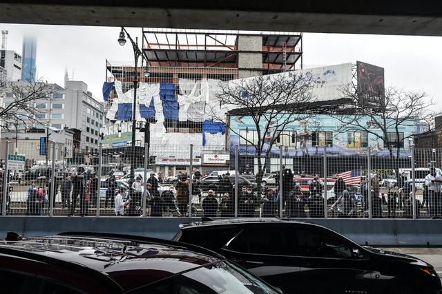 Góc bó tay: Người dân New York đổ xô ra đường xem tàu bệnh viện đến hỗ trợ chống COVID-19 - Ảnh 2.