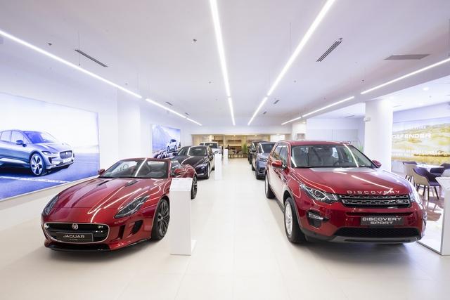 Jaguar Land Rover trưng dàn xe gần 30 tỷ tại Sài Gòn, ưu đãi hàng chục triệu đồng cho người mua - Ảnh 1.