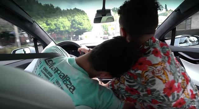 Giả vờ ngủ trên xe Tesla, 2 YouTuber khiến bạn bè được một phen 'tim nhảy ra ngoài lồng ngực - Ảnh 4.