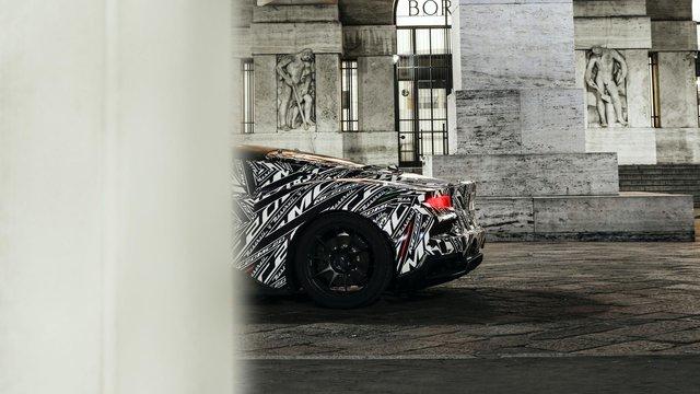 Bá đạo như Maserati: Lộ ảnh xe mới nhoè nhoẹt nhưng bức tượng phía sau mới là đỉnh cao cà khịa - Ảnh 1.