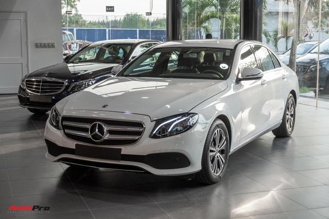 Đánh giá nhanh Mercedes-Benz E 180: Phủ sang trọng lên C 180 để lấy lòng khách dịch vụ - Ảnh 2.