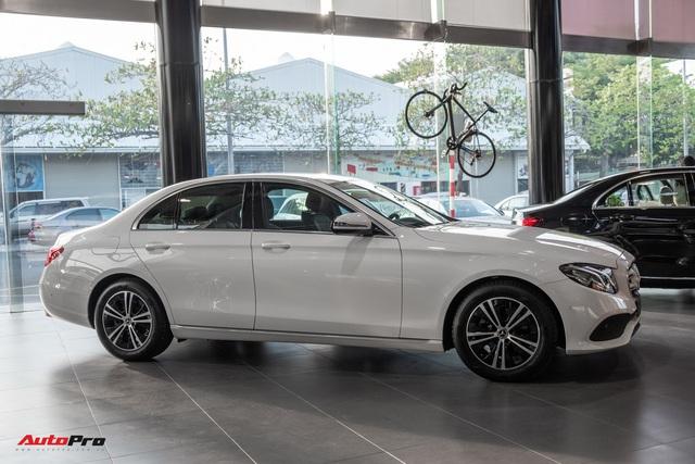 Đánh giá nhanh Mercedes-Benz E 180: Phủ sang trọng lên C 180 để lấy lòng khách dịch vụ - Ảnh 11.