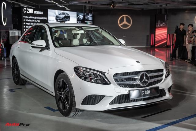 Ra mắt Mercedes-Benz C 180 giá gần 1,4 tỷ đồng - Xe sang Đức 'vợt' khách của Toyota Camry và Honda Accord - Ảnh 1.