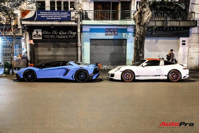 Bộ đôi siêu xe hàng hiếm xuất hiện trên phố Sài Gòn vào nửa đêm gây tò mò - Ảnh 1.