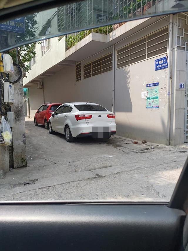2 ô tô đỗ trước đầu ngõ và 2 mảnh giấy nhắn khiến chủ xe chuyển từ vui vẻ sang ngại ngùng, xấu hổ - Ảnh 1.