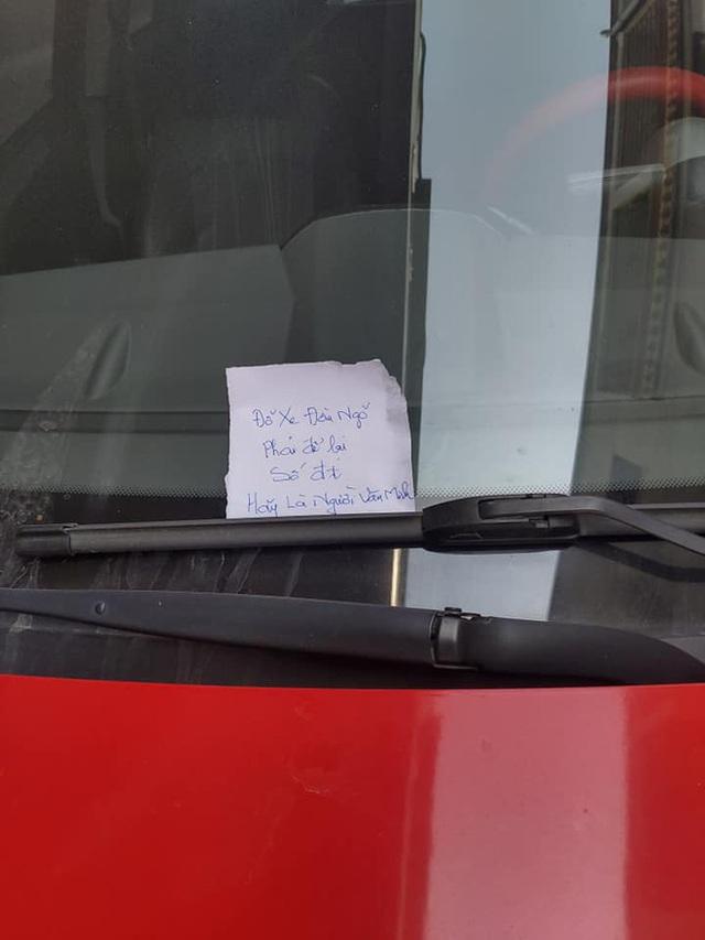 2 ô tô đỗ trước đầu ngõ và 2 mảnh giấy nhắn khiến chủ xe chuyển từ vui vẻ sang ngại ngùng, xấu hổ - Ảnh 2.