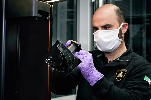 Lamborghini làm khẩu trang, Ford sản xuất máy thở và hàng loạt hãng xe ra tay hỗ trợ ngăn chặn đại dịch COVID-19 - Ảnh 2.