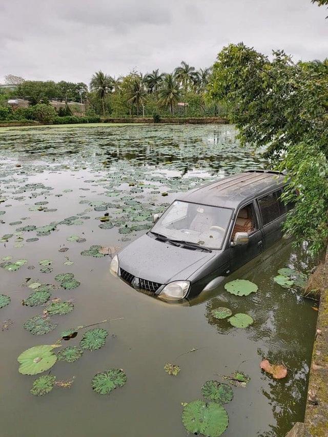 Ô tô 7 chỗ ngụp lặn giữa hồ sen, hiện trường tai nạn khiến dân mạng ám ảnh - Ảnh 1.