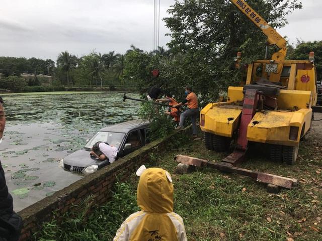 Ô tô 7 chỗ ngụp lặn giữa hồ sen, hiện trường tai nạn khiến dân mạng ám ảnh - Ảnh 3.