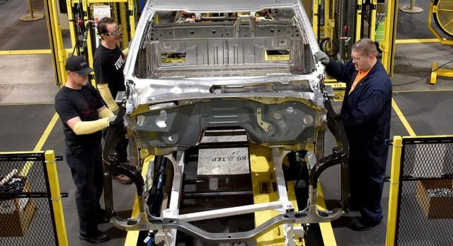 Mở lại nhà máy ô tô thời COVID-19 thế nào: Ford cho mọi công nhân đeo vòng phát hiện người cách xa 2m - Ảnh 1.