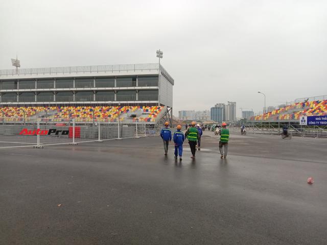 Quang cảnh đường đua F1 Hà Nội sau lệnh hoãn: Đại công trường ngổn ngang, công nhân vẫn làm việc - Ảnh 8.