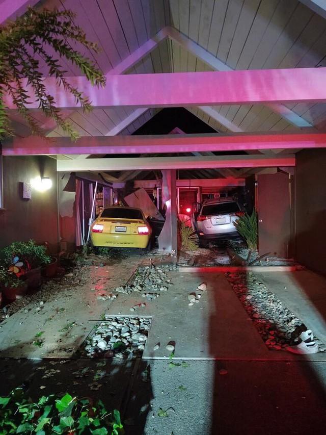 Góc cạn lời: Chủ xe Ford Mustang đâm vào nhà dân, lấy trộm Toyota RAV4 để bỏ trốn nhưng lại đâm lại vào chính ngôi nhà đó một lần nữa - Ảnh 1.