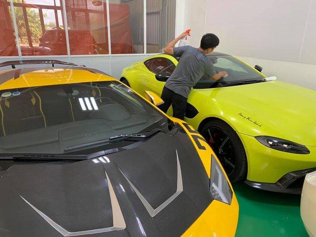 Đại gia Hoàng Kim Khánh chi hàng trăm triệu độ Aston Martin V8 Vantage trước tin đồn sắm thêm siêu phẩm McLaren Senna - Ảnh 1.