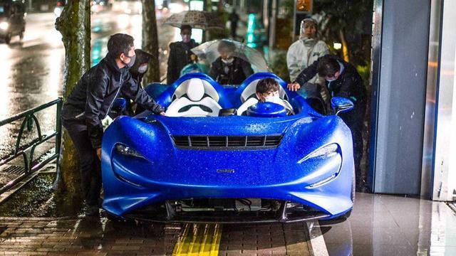 Xem cảnh siêu xe mui trần McLaren Elva tắm mưa - Khi xe triệu USD không bằng xe cỏ - Ảnh 3.