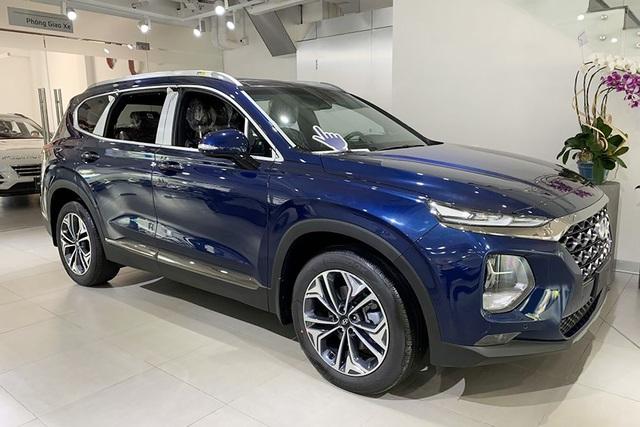 Hyundai Santa Fe lần đầu giảm giá sốc 150 triệu đồng trong cuộc đua với Mazda CX-8 - Ảnh 1.