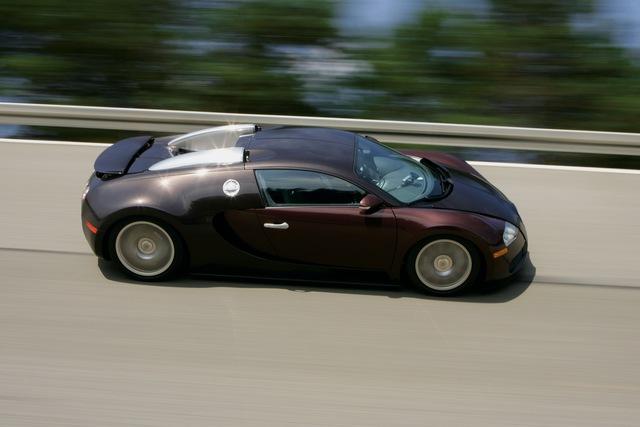 Bugatti kỷ niệm 15 năm huyền thoại Veyron phá rào 400 km/h - Ảnh 1.
