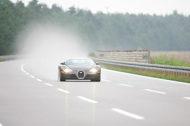 Bugatti kỷ niệm 15 năm huyền thoại Veyron phá rào 400 km/h - Ảnh 2.
