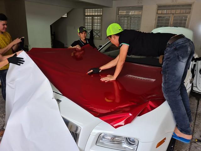Xôn xao hình ảnh dán decal xe siêu sang Rolls-Royce kiểu Việt Nam - Ảnh 3.