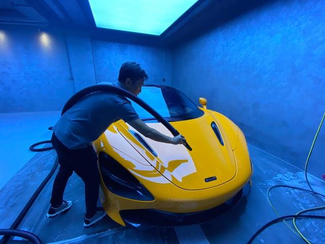 Xem doanh nhân Nguyễn Quốc Cường tự rửa siêu xe McLaren trong garage bạc tỷ, lên ảnh như nước ngoài - Ảnh 1.