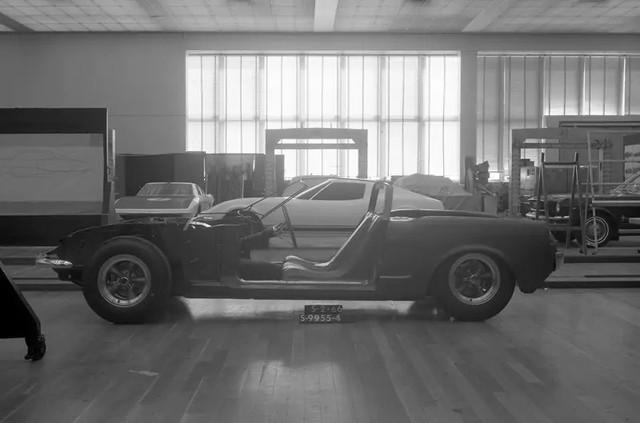 Ford quên đã từng chế tạo Mustang động cơ đặt giữa hay chưa, phải… hỏi lại fan cho chắc chắn