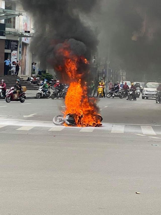 Xe máy bất ngờ cháy thành than giữa phố Hà Nội, khung xe trơ trọi gây ám ảnh - Ảnh 2.
