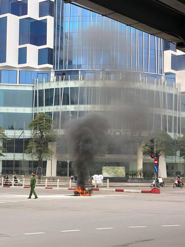 Xe máy bất ngờ cháy thành than giữa phố Hà Nội, khung xe trơ trọi gây ám ảnh - Ảnh 4.