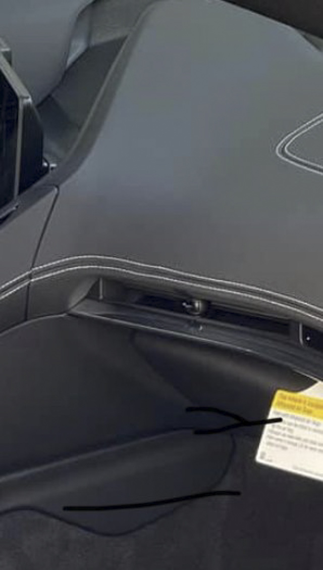 Không phải cứ xe đắt tiền là ngon: Chevrolet Corvette C8 bị chê tơi tả vì đường chỉ khâu méo xệch - Ảnh 2.
