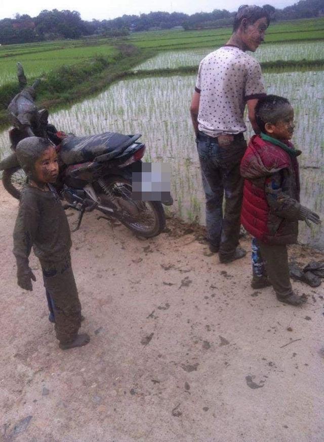 Nghỉ lễ, bố đèo con đi chơi nhưng phi xuống ruộng, bộ dạng của 2 cậu bé khiến dân mạng không thể nhịn cười - Ảnh 1.