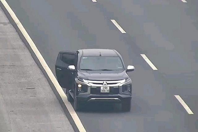 Bất chấp nguy hiểm, tài xế dừng xe đi vệ sinh trên cao tốc Hà Nội - Hải Phòng - Ảnh 1.