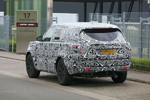 Range Rover 2022 lộ mặt lần đầu tiên, chạy thử cùng đối thủ đáng chú ý - Ảnh 1.