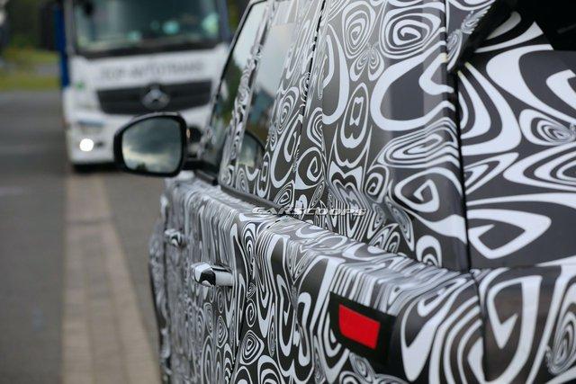 Range Rover 2022 lộ mặt lần đầu tiên, chạy thử cùng đối thủ đáng chú ý - Ảnh 2.