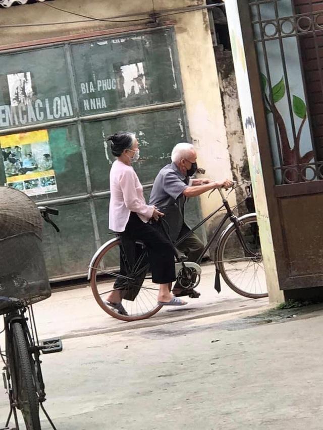 Mẩu chuyện nhỏ trước ngõ của hai ông bà và chiếc xe đạp khiến người ta bật cười - Ảnh 1.
